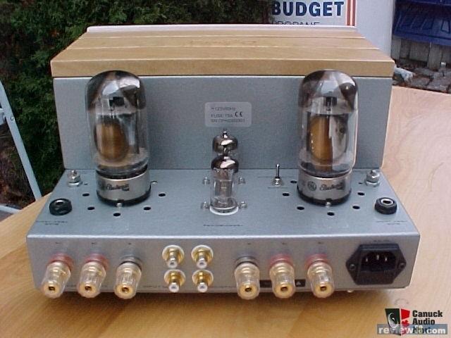 (交易完成) Cyber-10合并式电子管扩音机的设计直接简洁,功能十分精简。前面板上方一猫眼电子源指示灯,左边为电源开关,右边是音源开关。这两个开关的中间有一耳机输出插口和耳机使用切换开关。 背板上有1组镀金的信源RCA端子,镀金的喇叭座,可连接带有香蕉插头、铲、插或裸线接头的喇叭座,亦可双线分音。 可玩性高 机器的面板上有一屏调节电位器、屏流测试端口和三极/五极切换开关。从这我们可以看出Cyber-10是一台可玩性很强的电子管扩音器,它的可玩性在于一台机器可同时领略多种不同音色,可与不同的周边器材组合